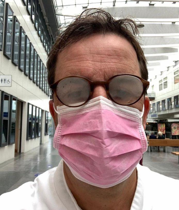 IC-arts Diederik Gommers heeft ook last van beslagen brilglazen.