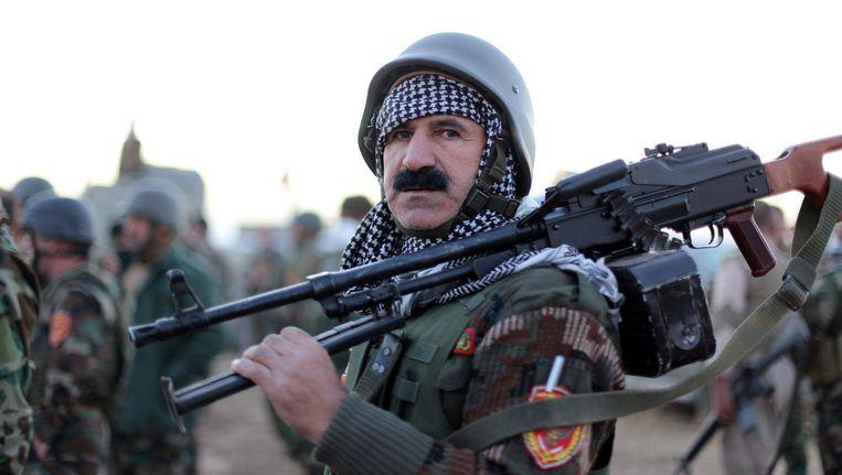 Een Koerdische strijder bij de berg Zardak op 25 kilometer ten oosten van Mosul. Beeld Photo News