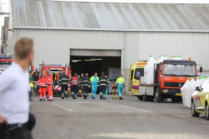 Bij Van de Reijt Meststoffen BV liggen twee slachtoffers onder een omgevallen muur.