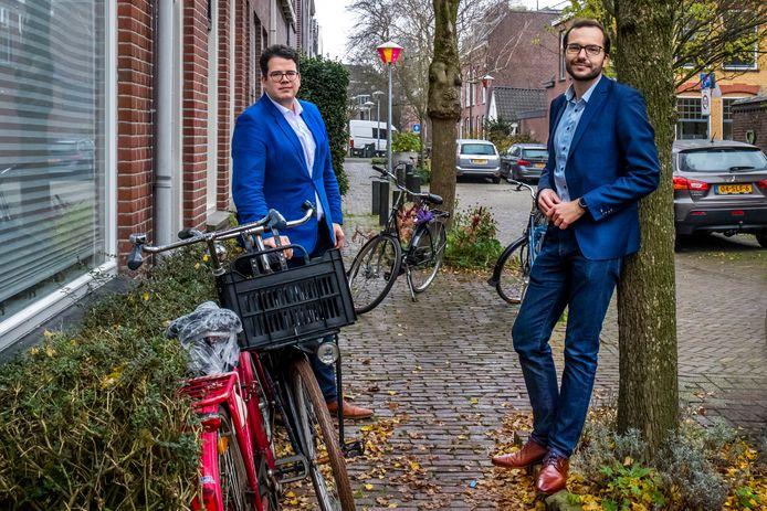Dimitri Gilissen (links) en Marijn de Pagter in de Vogelenbuurt waar geparkeerde fietsen de doorgang op de stoep belemmeren