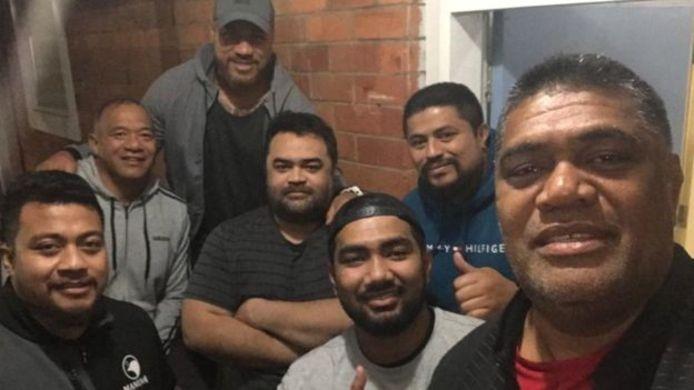 Het managementteam: Brian Lima (tweede van links), Tuala Pat leota (met de armen over elkaar) en Hari Junior Narayan (met pet).