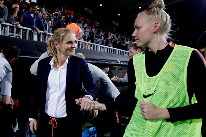 Sarina Wiegman en Danique Kerkdijk (rechts).