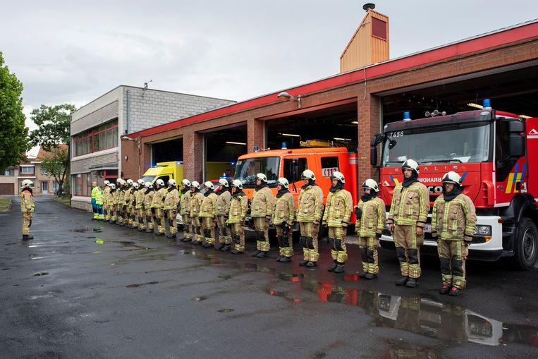 Om hun solidariteit te betuigen, hielden de leden van de brandweer in Poperinge  een minuut stilte voor hun twee collega's die afgelopen weekend omkwamen bij een zware brand in Beringen.