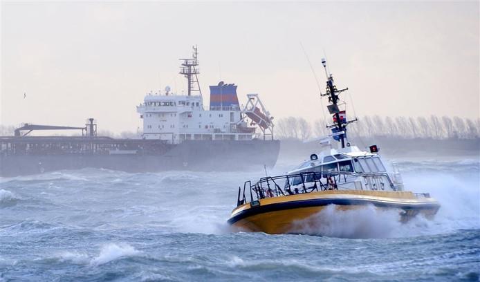Een loodsboot op de Westerschelde bij Vlissingen.