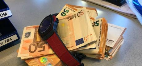 Oplettende agent pakt drietal met 28.000 euro en peperduur horloge