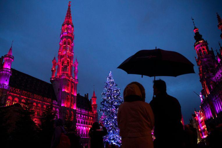 Mensen kijken naar de kerstverlichting op de Grote Markt in Brussel.