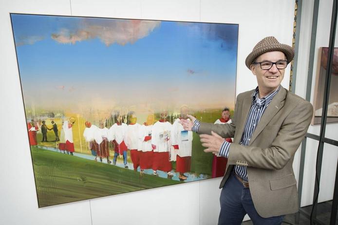 Theo van Stiphout bij een van de kunstwerken.