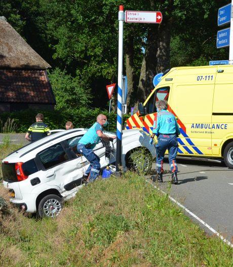 Gewonden bij aanrijding tussen vrachtwagen en personenauto tussen Kootwijkerbroek en Stroe
