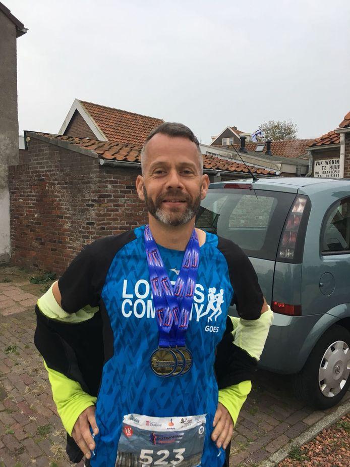 Frank Houweling liep de Kustmarathon driemaal in 2018. Hij kreeg ook drie medailles.