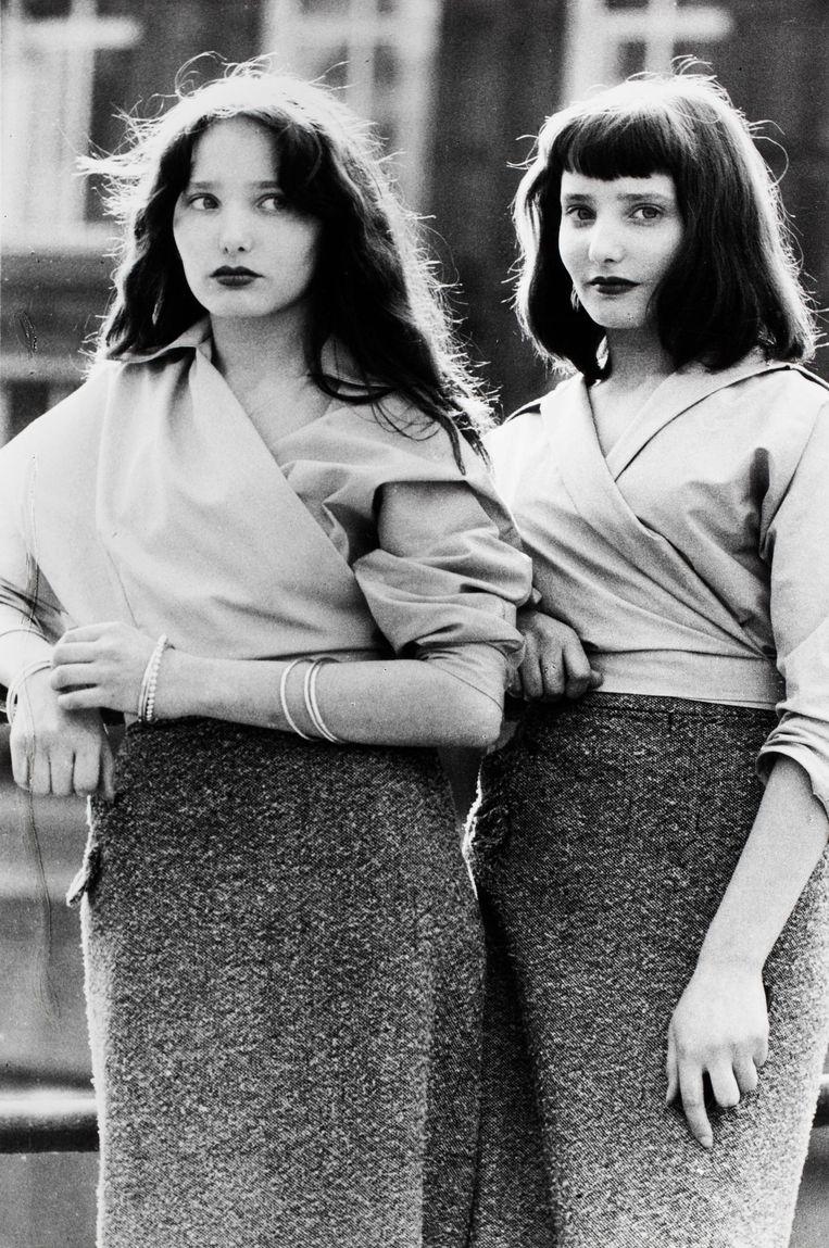 Tweelingmeisjes op de Nieuwmarkt, 1956 Beeld Ed van der Elsken
