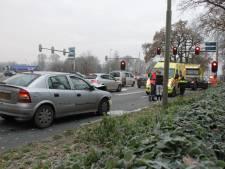 Auto botst achterop voorganger bij verkeerslicht in Wierden