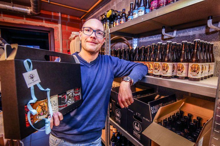 Pieter Decock met een bierpakket.