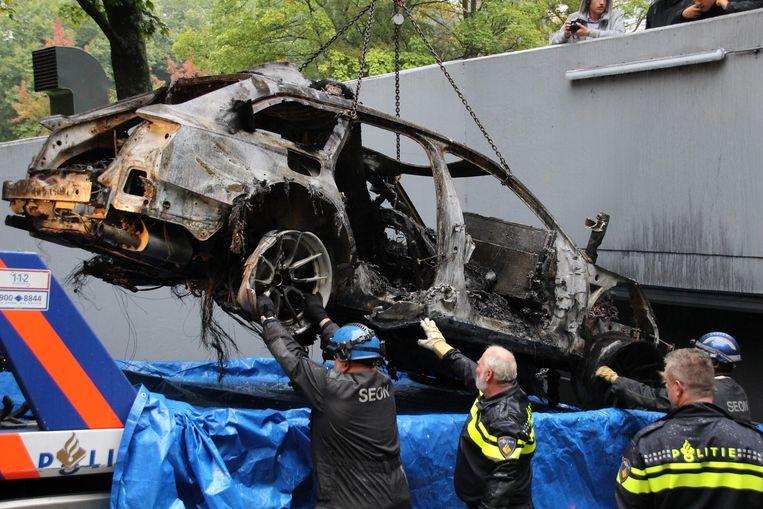 Een exclusieve Audi wordt uitgebrand teruggevonden nadat die bij filmopnames werd gestolen bij een tankstation in Amsterdam-Oost. Beeld ANP