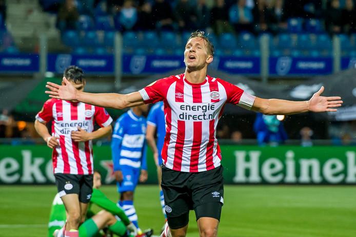 Luuk de Jong viert zijn winnende 1-2 in blessuretijd tegen PEC Zwolle.