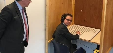 Blind en toch zelfstandig stemmen in Grave dankzij soundbox en braillemal