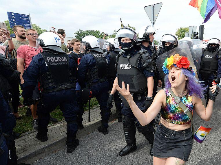 Een bonte stoet lhbti'ers trekt zaterdagmiddag door het Poolse Plock. Het is de eerste gay pride die de inwoners in hun stad zien.  Beeld AP
