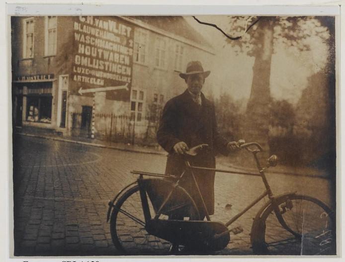 Een foto uit de beeldbank van Het Markiezenhof roept bij Jan van Vliet dierbare herinneringen op aan de winkel van zijn vader.