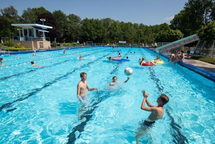 Zwembad 't Tolhekke is niet alleen overdag geliefd, maar ook in de nachtelijke uren, zo bleek afgelopen weekeinde.