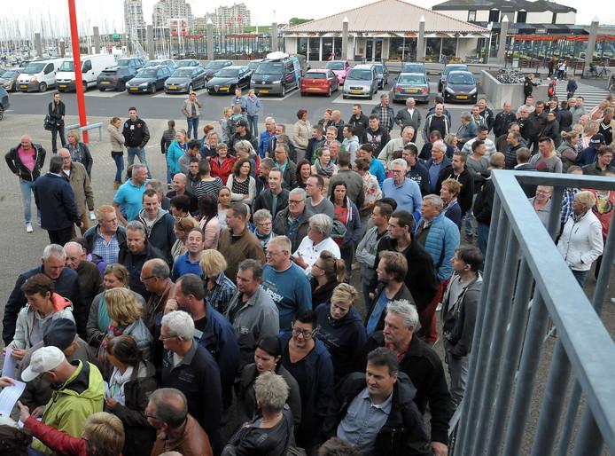 Grote drukte voor de ingang van de Vismijn vanwege het vestigen van een AZC in Breskens.