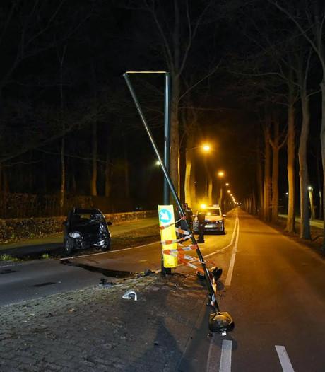 Automobilist rijdt lantaarnpaal omver in Oisterwijk en gaat ervandoor