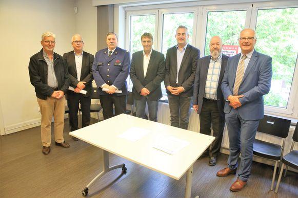 Het protocol werd ondertekend door korpschef Mark Crispel van de zone Zennevallei (Halle-Beersel-Sint-Pieters-Leeuw) maar ook korpschef Frank Van der Perre van de politiezone Rode (Drogenbos-Linkebeek-Sint-Genesius-Rode) zette zijn handtekening, net als de burgemeesters en de voorzitter van de Artsenkring Zennevallei.
