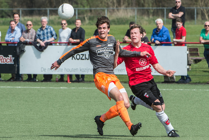 Niels Weeink (links) van Orion duelleert met Freek Voss van Union, afgelopen seizoen in de derby in de tweede klasse.