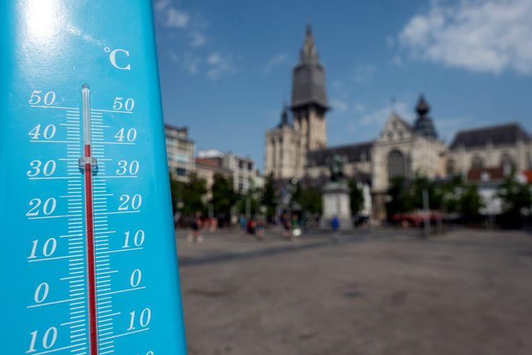 Het is bijna 40 graden op de Groenplaats tijdens de warmste dag van het jaar.