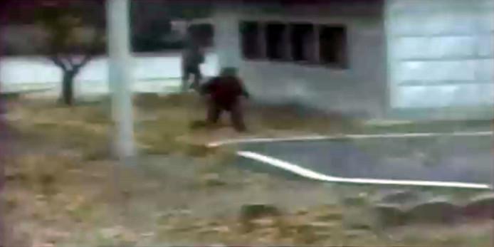 In een onduidelijke videostill is te zien hoe de Noord-Koreaanse overloper wegvlucht voor zijn achtervolgers.