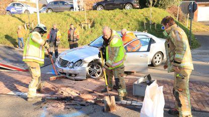 Bestelwagen en auto botsen op kruispunt: één bestuurster raakt gewond