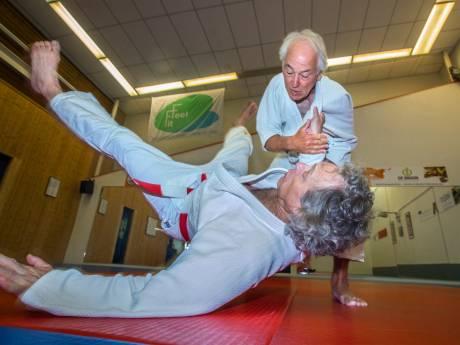 Judoka Harm (80) haalt na 60 jaar eindelijk zwarte band: 'Ik wil nu zeker tot mijn 90ste doorgaan'