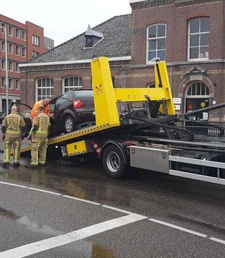 Botsing op Vaillantplein: auto vliegt in brand, personen gewond