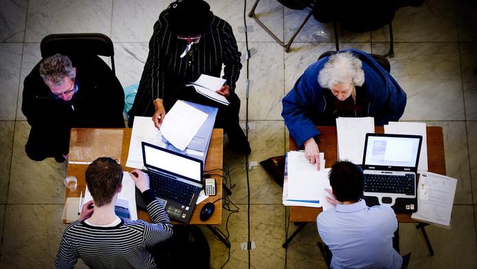 In het Rotterdamse stadhuis vullen studenten van de Erasmus Universiteit Rotterdam (verenigd in Stichting Belastingwinkel Rotterdam) de belastingformulieren van circa 500 minder bedeelden en oudere Rotterdammers, begin maart.