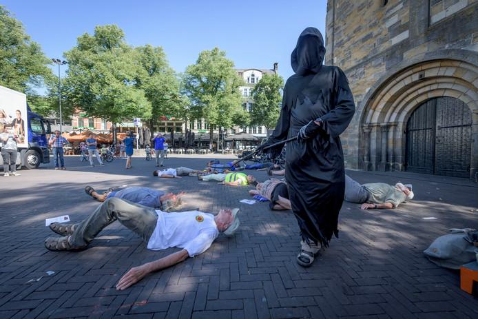 Op de Oude Markt wordt een statement gemaakt door Enschede voor Vrede.