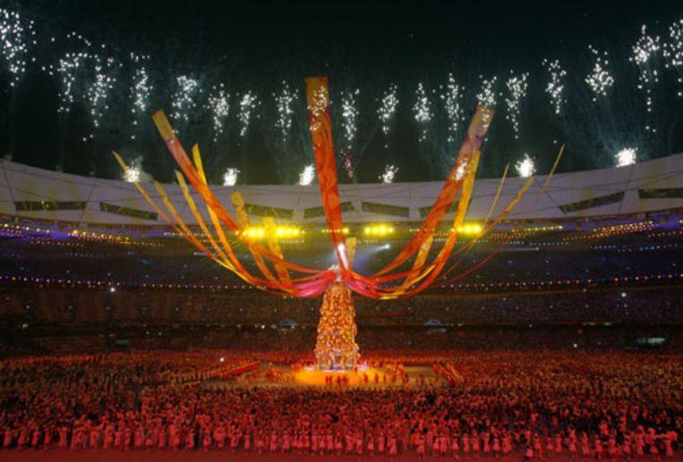 Vuurwerk en spektakel in het Vogelnest in Peking tijdens de sluitingsceremonie van de Spelen. De vlam is gedoofd en het evenement is voorbij. (AP) Beeld