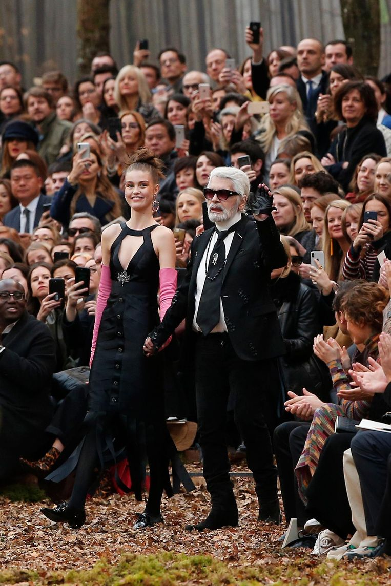 Karl Lagerfeld poseert met een model tijdens de show Beeld ap