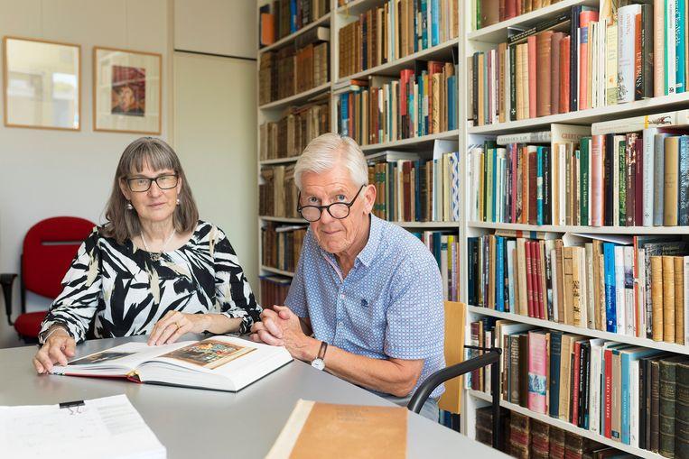 Diane Webb (vertaler) en Anton van der Lem (aanjager), die de vertaling van Herfsttij der Middeleeuwen mogelijk maakten. 'Dit is een heilige tekst. Hij schrijft geen woord te veel.'  Beeld Bete van Meeuwen