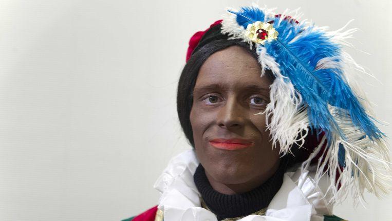 et Nederlands Centrum voor Volkscultuur en Immaterieel Erfgoed (VIE) heeft de Zwarte Piet anno 2014 (L) in het tv-programma Knevel & Van den Brink gepresenteerd. Deze piet heeft geen kroeshaar, is bruin in plaats van zwart, heeft minder rode lippen en draagt geen oorringen. Beeld anp