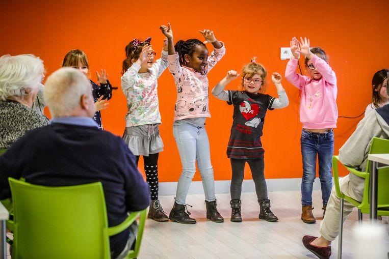 De kleuters van basisschool De Puzzel, deel van het gemeenschapsonderwijs, gingen vlotjes aan het dansen voor de oudere bewoners.