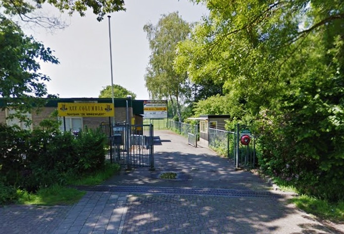 Een aantal spelers is in beslotenheid bijeen op het sportpark aan de Winkewijertlaan.
