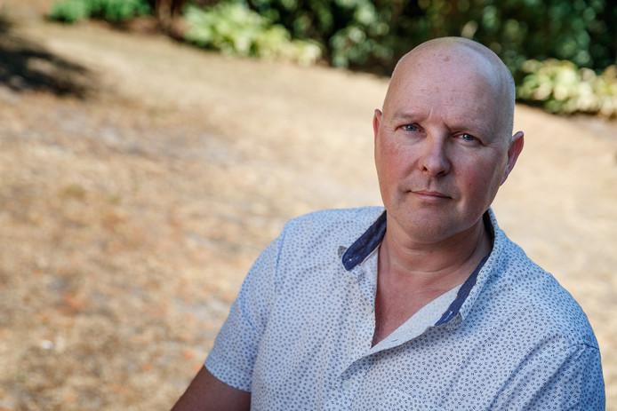Tegen de achtergrond van de verdroogde tuin van zijn ouderlijke huis in Hoeven waarschuwt klimaatwetenschapper Eelco Rohling voor de gestage opwarming van de oceanen. ,,De politiek moet wereldwijd heel snel handelen.''