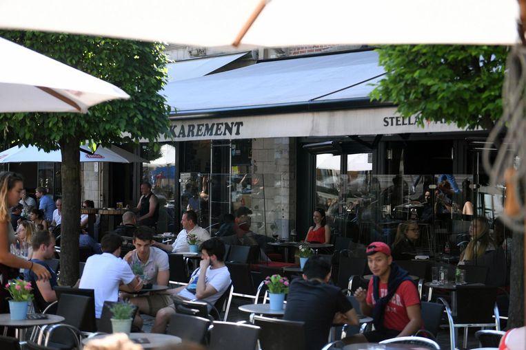 De vechtpartij deed zich voor op het terras voor café Karement.