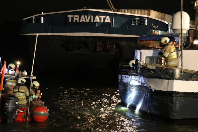 Een vrachtschip knalde op een aangemeerde boot op het Amsterdam-Rijnkanaal bij Breukelen