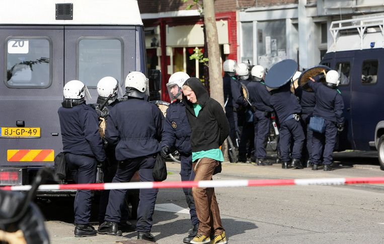 De Amsterdamse politie ontruimt al decennia panden als die zijn gekraakt hoewel ze nog geen jaar leeg zijn. De rechters stelden onlangs vast dat ook krakers 'huisrecht' hebben. Foto ANP/Evert Elzinga Beeld