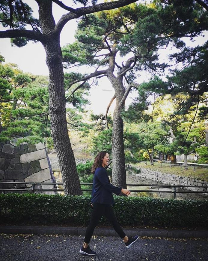 Ranomi wandelt vrolijk door Tokio.