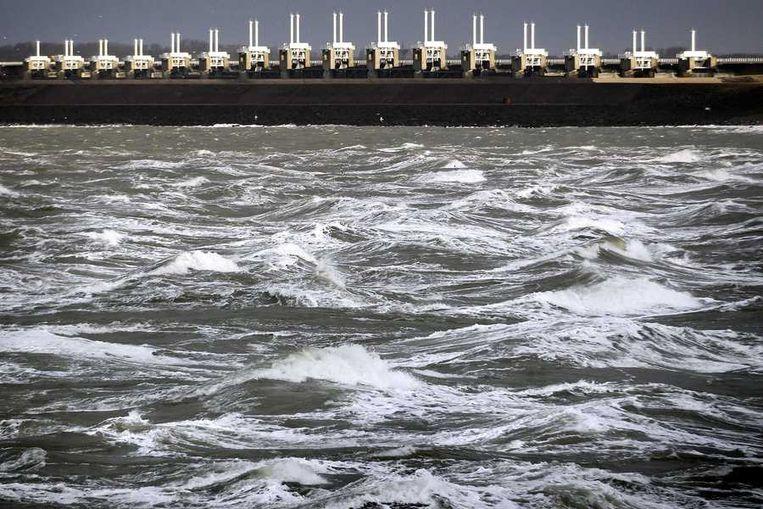 Hoge waterstand bij de sluizen van de Stormvloedkering in de Oosterschelde. De sluizen zijn gesloten nadat het waterpeil langs de Zeeuwse dijken was gestegen tot 3,99 meter boven NAP, het hoogste niveau in Zeeland sinds het rampjaar 1953. Beeld anp