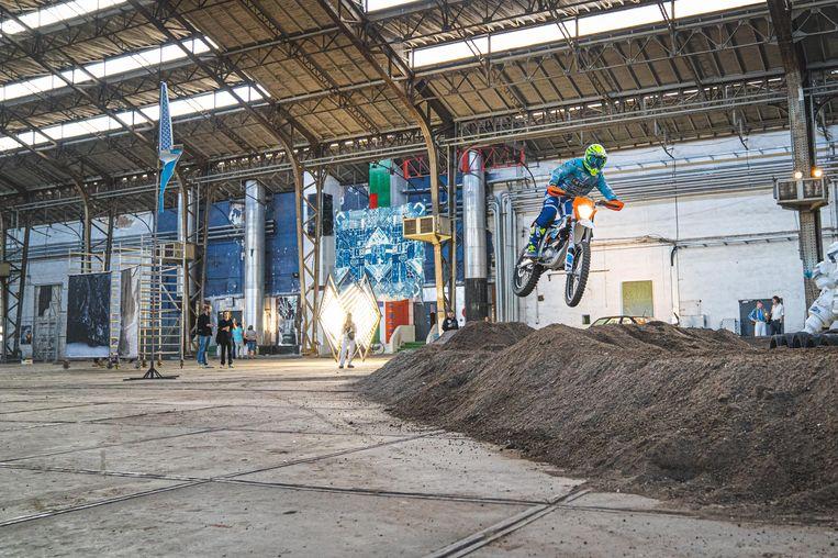 De motocrossers zweven door de lucht tijdens de opening van de Biënnale van België.