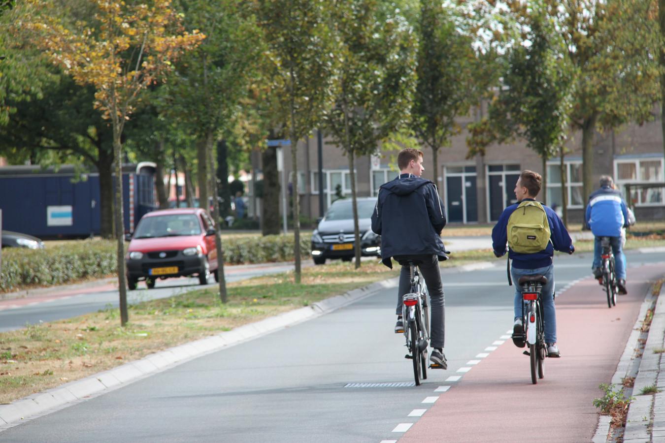 Uden gaat de gevaarlijke Land van Ravensteinstraat aanpakken. Conform de wens van de aanwonenden wordt de brede middenberm smaller zodat er aparte fietspaden kunnen komen aan beide zijden van de weg.