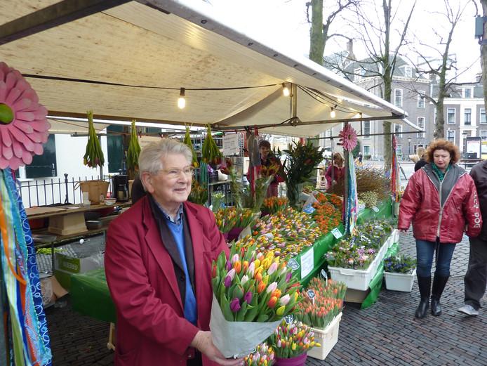Bloemenkoopman Bert van Klaveren in de huidige kraam van dochter Bertine, op vrijwel dezelfde plek.
