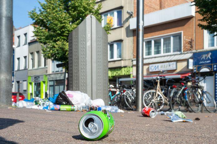 De plaag van het zwerfvuil. Vlaams Belang-fractieleider Sam Van Rooy wil draconische boetes om die een halt toe te roepen.
