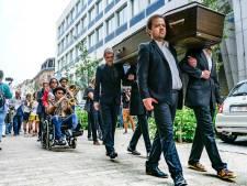 """500 PVDA'ers met doodskist naar Vrijdagmarkt: """"Van het werk naar de zerk, neen bedankt"""""""